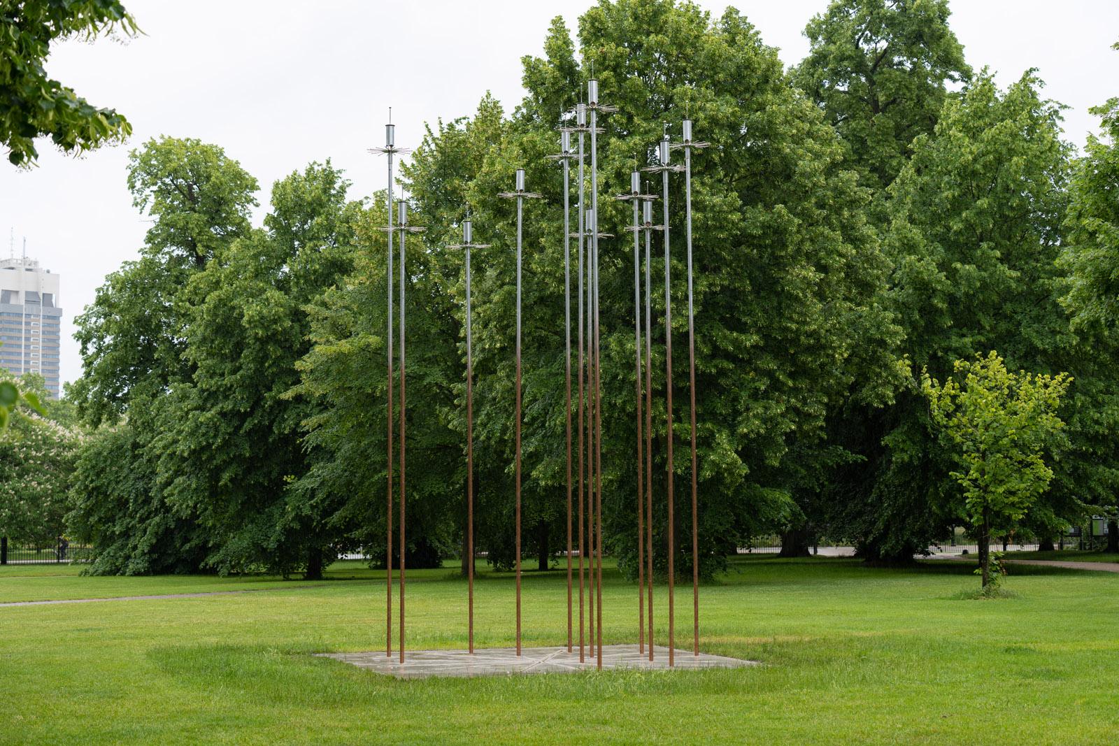 Sophia Al-Maria, taraxos, 2021 Serpentine x Modern Forms Sculpture Commission 21 June 2021 – 24 April 2022 Photo: Hugo Glendinning
